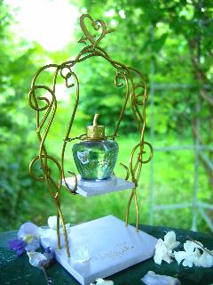 coffret-eau-de-parfum-lolita-lempicka-balançoire-en-filaire-créée-par-Michel-Charrier-pour-Lolita-lempicka